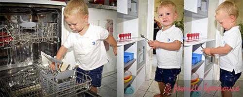 Arthur retire seul ses couverts du lave vaisselle et les range dans son espace réservé.