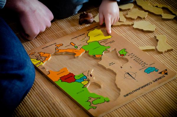 puzzle de l 39 europe par un enfant de 2 ans video. Black Bedroom Furniture Sets. Home Design Ideas