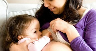 bambin qui tète avec maman enceinte