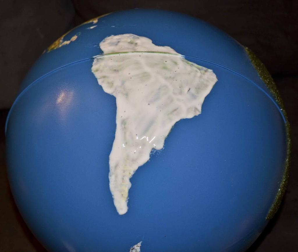 pose de la colle sur les continents du globe montessori
