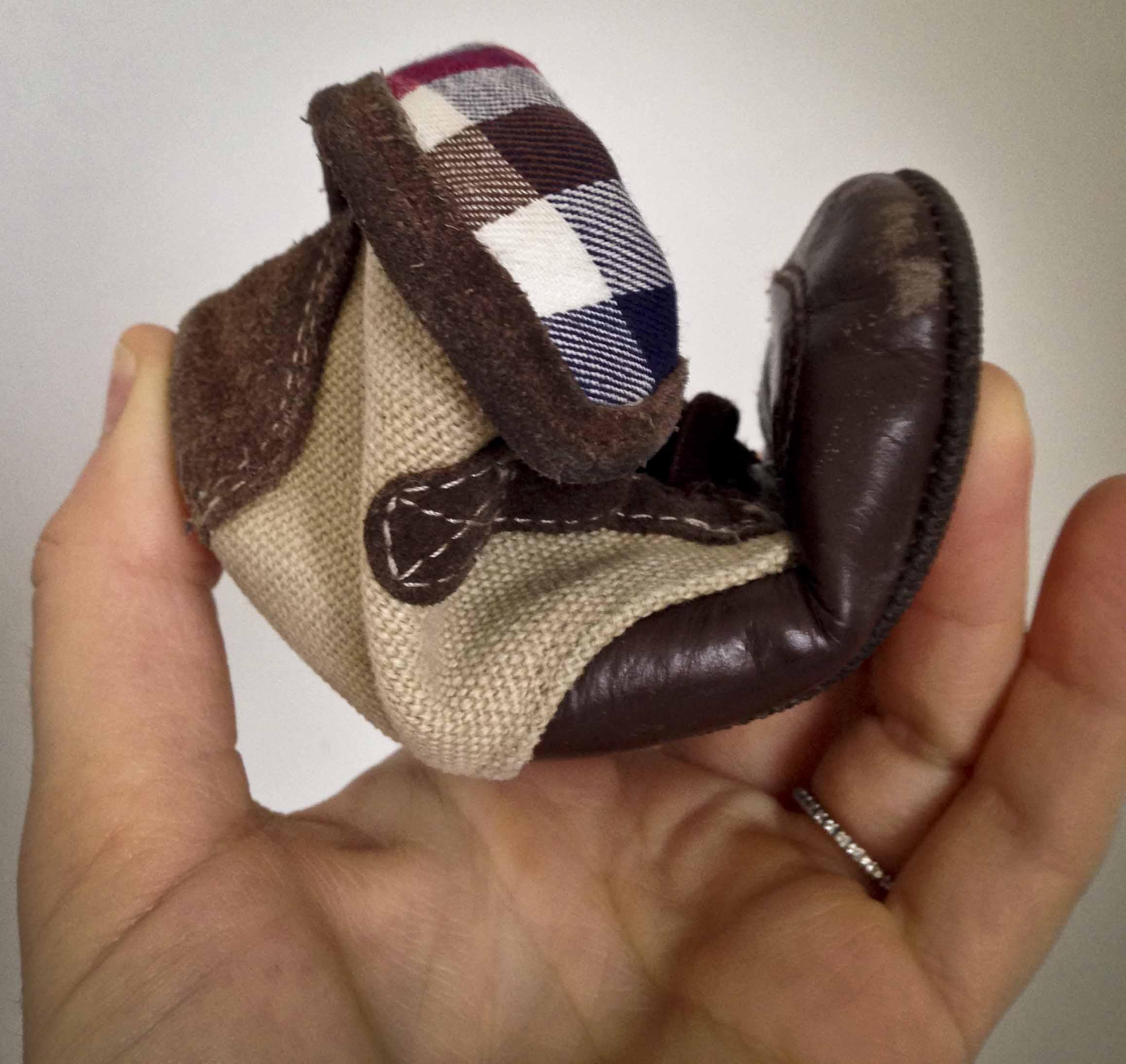 366ccf0dea969 chaussures bébé premiers pas. La semelle de la chaussure est souple