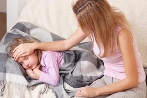 enfant malade couché sur le lit