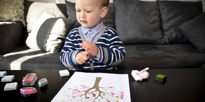 enfant qui dessine un arbre au printemps