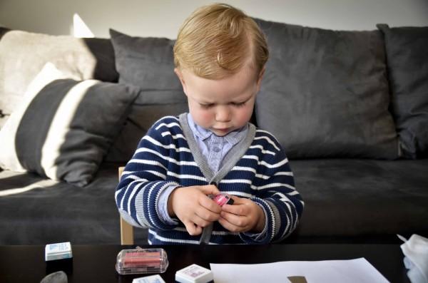enfant qui dessine avec de l'encre