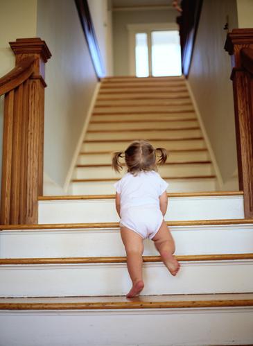 bebe-monte-escalier