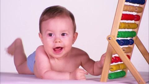 bebe apprend à compter avec un boulier