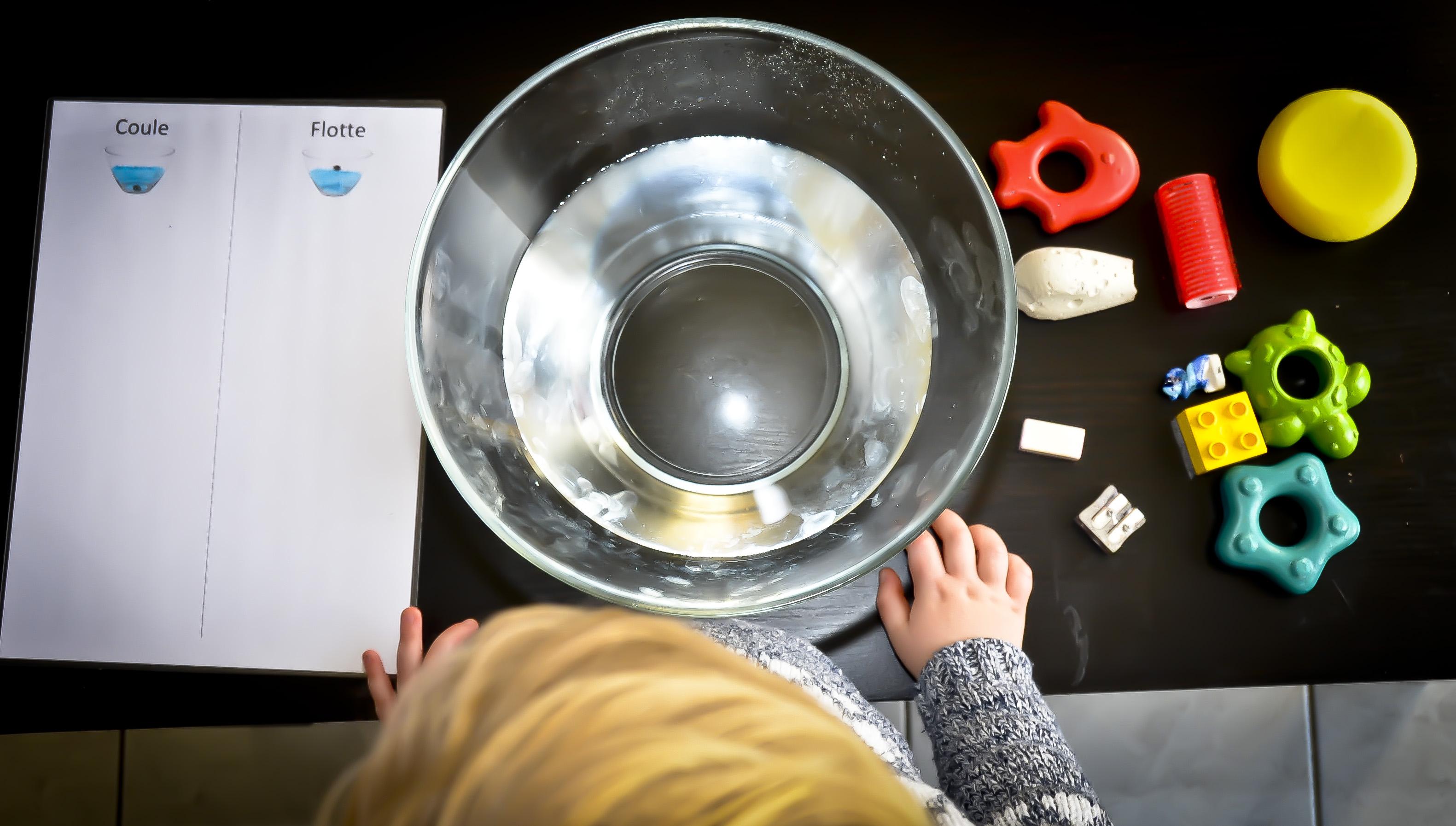 Coule ou flotte : une activité Montessori très ludique !