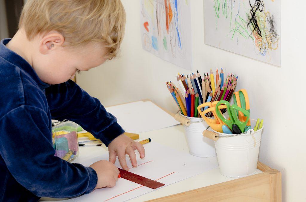 enfant dessine