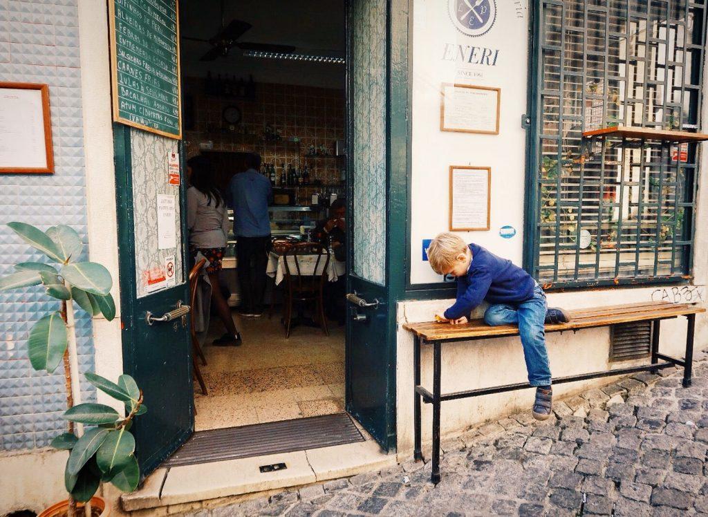 Petit restaurant dans le quartier de Bairro Alto - Lisbonne en famille