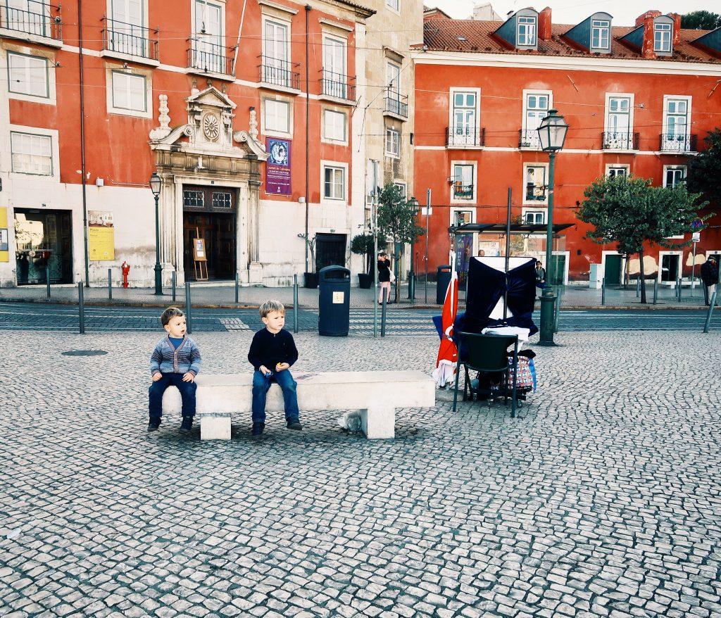 enfants sur un banc à lisbonne
