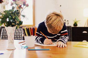 enfant qui dessine