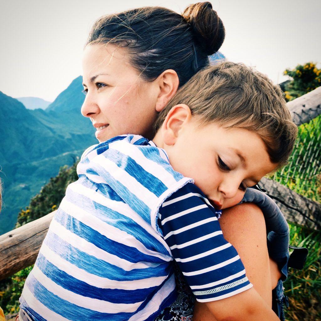 câlin garçon avec maman
